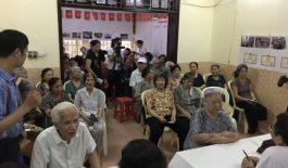 Người dân phường Cát Linh đến thăm khám từ rất sớm