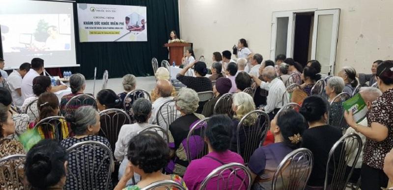 Bà con cùng các bác sĩ trung tâm Thuốc dân tộc lắng nghe những chia sẻ kiến thức về bệnh