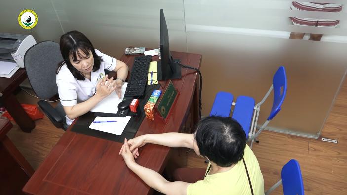 Cô Nguyễn Thanh Tâm được bác sĩ Lệ Quyên thăm khám tận tình