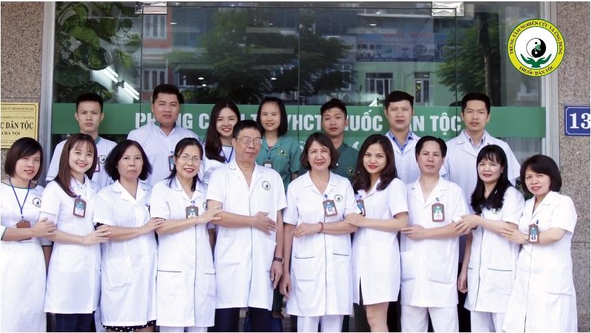 Bác sĩ Doãn Hồng Phương(thứ 3 từ bên trái sang) và các đồng nghiệp tại Trung tâm Thuốc dân tộc