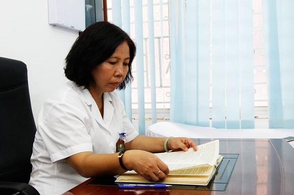 Bác sĩ Doãn Hồng Phương miệt mài nghiên cứu, khám chữa bệnh