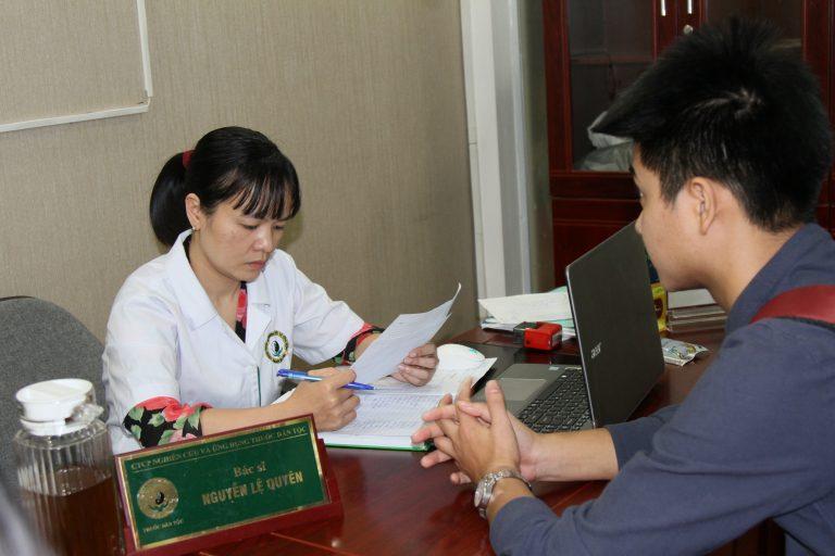 Bác sĩ Lệ Quyên thăm khám cho bệnh nhân