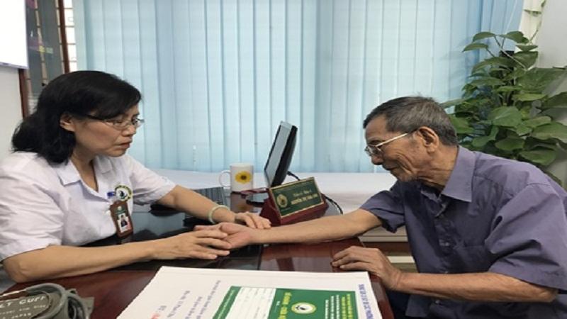 Bác sĩ Nguyễn Thị Vân Anh khám chữa cho người bệnh