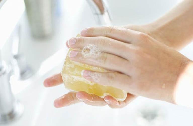 vệ sinh da giúp ngăn ngừa khô, nứt nẻ da tay
