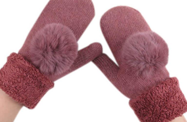 sử dụng găng tay bông để tránh khô, nứt nẻ da