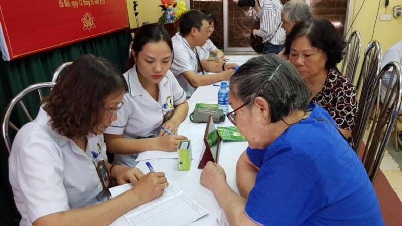 Ths, Bs Nguyễn Thị Tuyết Lan đang khám cho bệnh nhân