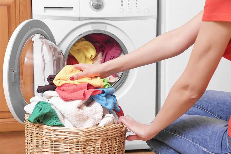giặt quần áo phòng tránh bệnh ghẻ tại nhà