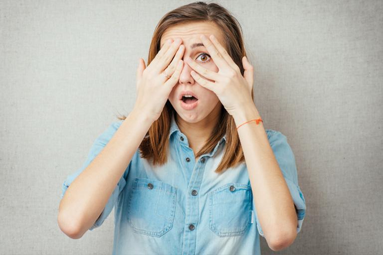 ngứa vùng da quanh mắt