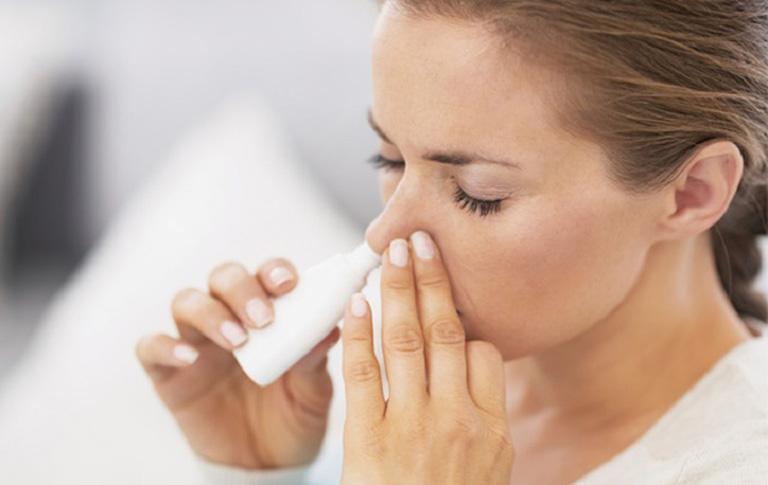 Dùng nước muối xịt mũi để giảm nghẹt mũi