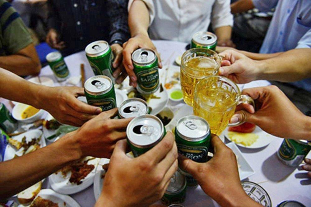 tỉ lệ nam giới dùng rượu bia nhiều hơn nữ giới