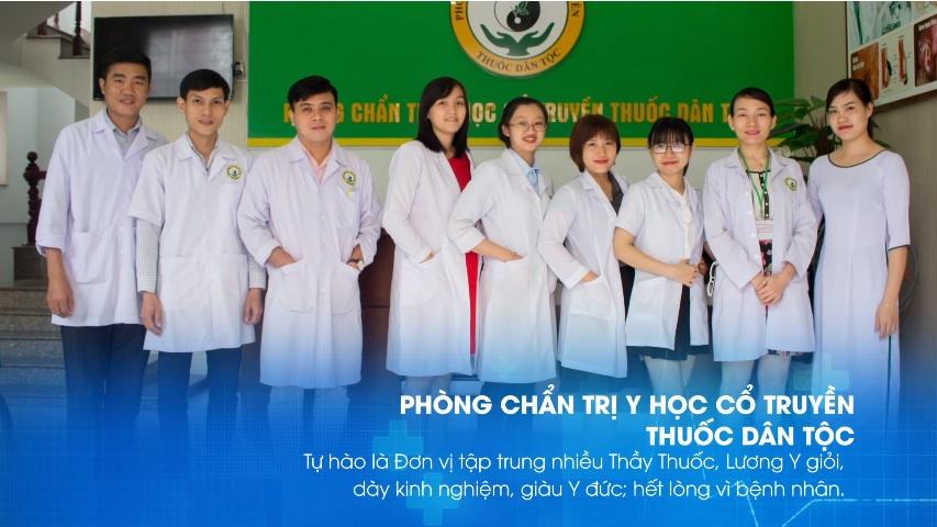 Thầy thuốc - Lương y Quang Thái (người đầu tiên từ trái sang) cùng những người đồng nghiệp tại Trung tâm Nghiên cứu và Ứng dụng Thuốc dân tộc 145 Hoa Lan. Tp.HCM