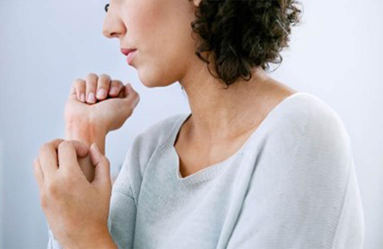 Khi bị ngứa ngoài da cần tránh gãi