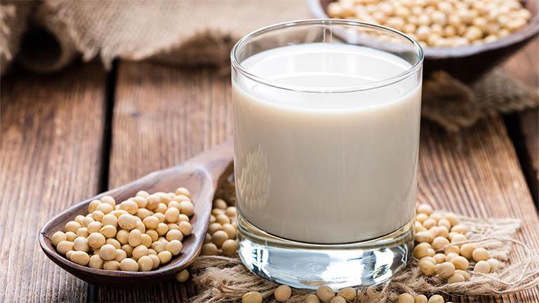uống sữa đậu nành vào buổi sáng