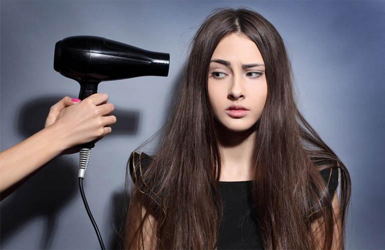 không nên dùng máy sấy tóc thường xuyên