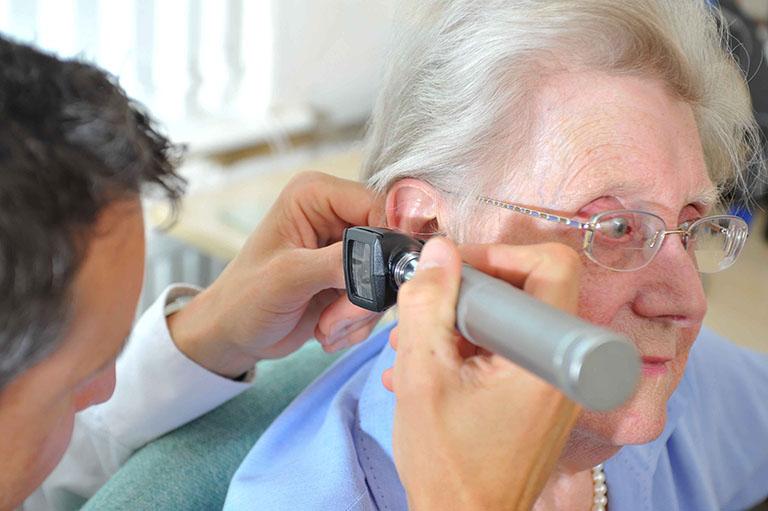 Sử dụng máy soi tai là một phương pháp thường được áp dụng để chẩn đoán điếc và khiếm thính