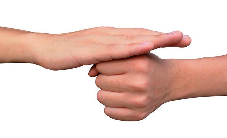 Sử dụng ngôn ngữ ký hiệu để giao tiếp khi bị điếc