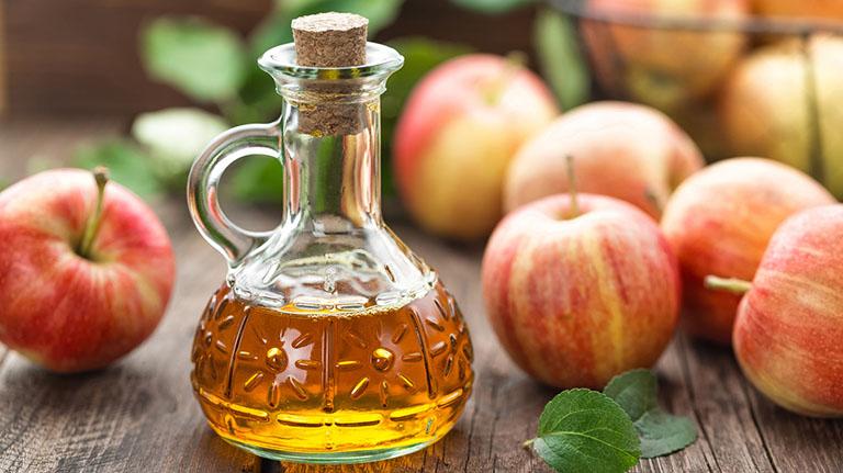 Làm giảm cảm giác đau họng bằng cách uống nước giấm táo