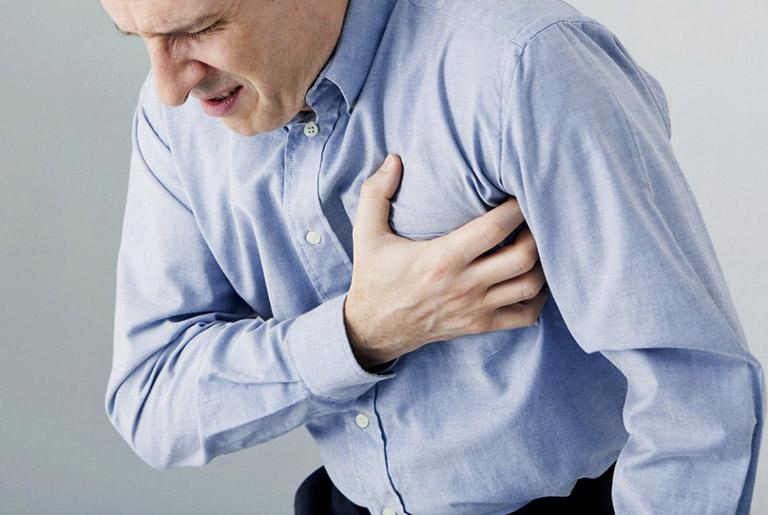 Đau tức vùng ngực là một trong các biểu hiện của bệnh giãn phế quản