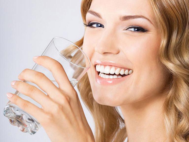 Uống nhiều nước mỗi ngày sẽ làm giảm được các triệu chứng bệnh giãn phế quản