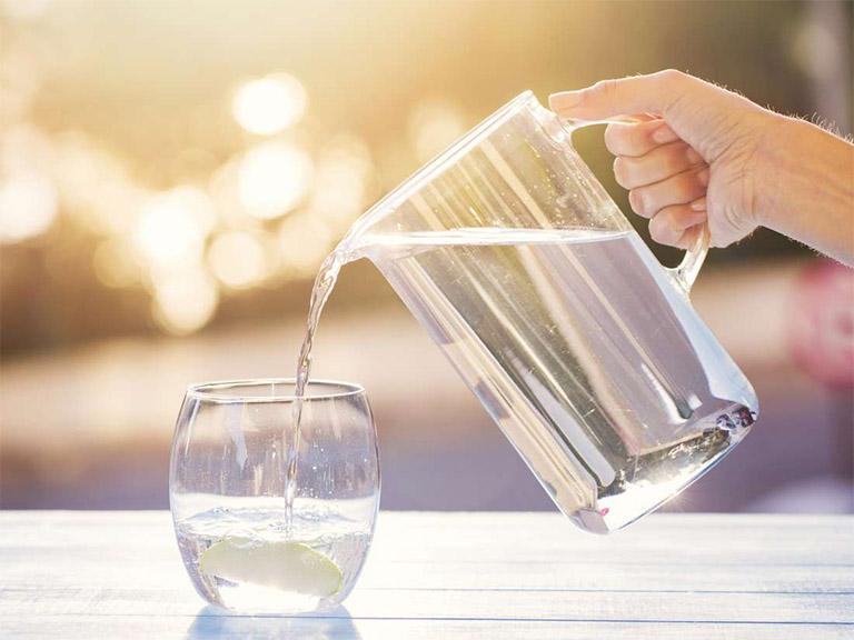 hạn chế uống nước vào buổi tối