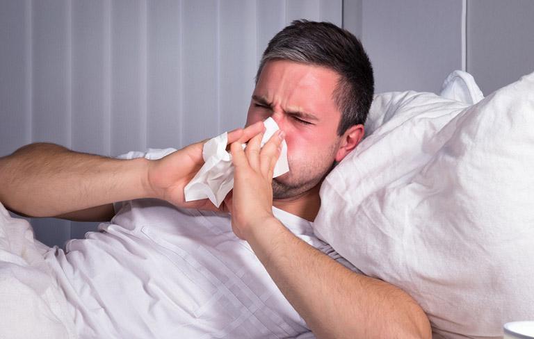 Bị cảm lạnh là một trong những nguyên nhân gây nên tình trạng khô họng