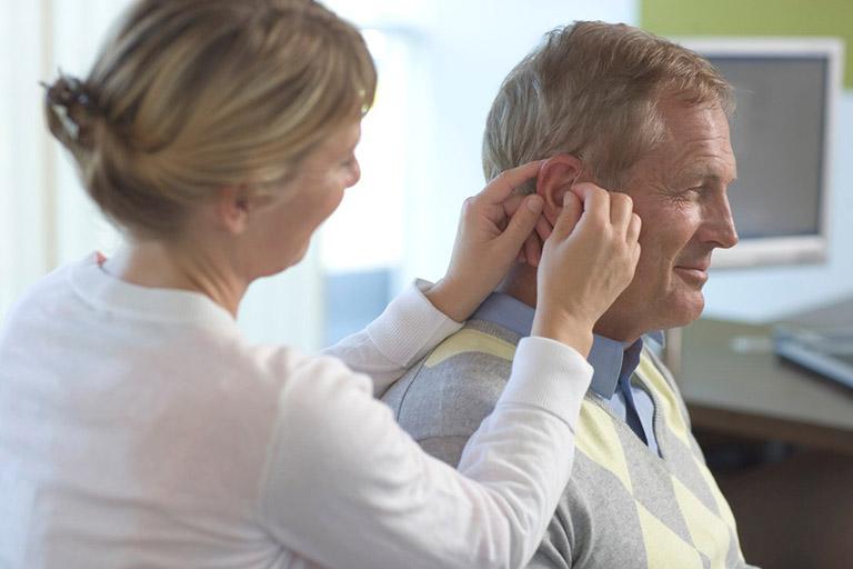 Lấy ráy tai bằng tăm bông nguy hiểm không?