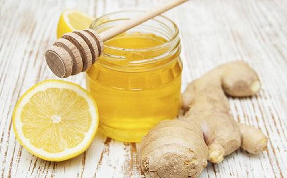Mật ong kết hợp với gừng giảm đau họng