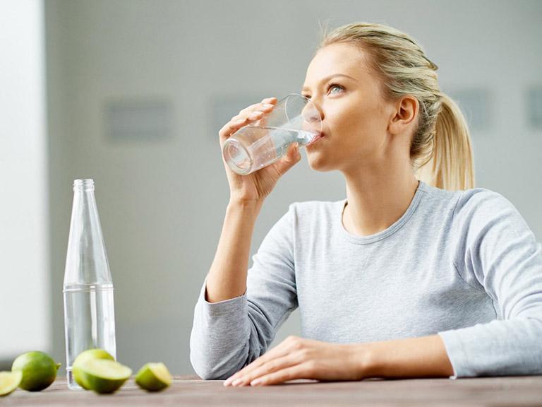 Uống nhiều nước là một trong những cách làm giảm được triệu chứng bệnh cảm cúm
