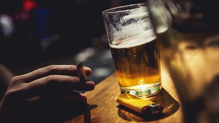 Tránh xa rượu bia và các chất kích thích khi bị cảm cúm