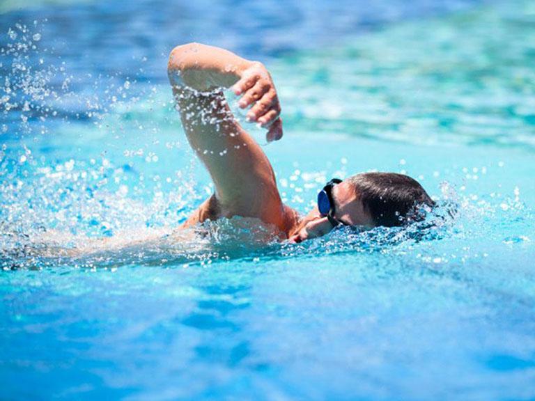 Nhiễm trùng tai thường xuyên do bơi lội là một trong những nguyên nhân khiến ráy tai có mùi hôi