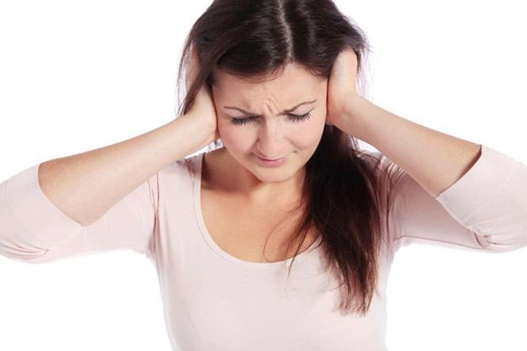 Người bị ung thư vòm họng giai đoạn 3 thường bị ù tai, đau tai.