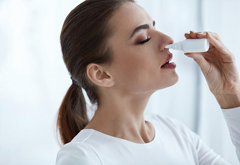 chữa chảy nước mũi tại nhà bằng nước muối sinh lý