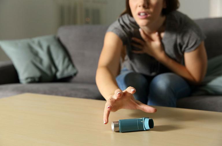 Sử dụng các loại thuốc dạng hít để làm giảm các triệu chứng khi lên cơn hen suyễn