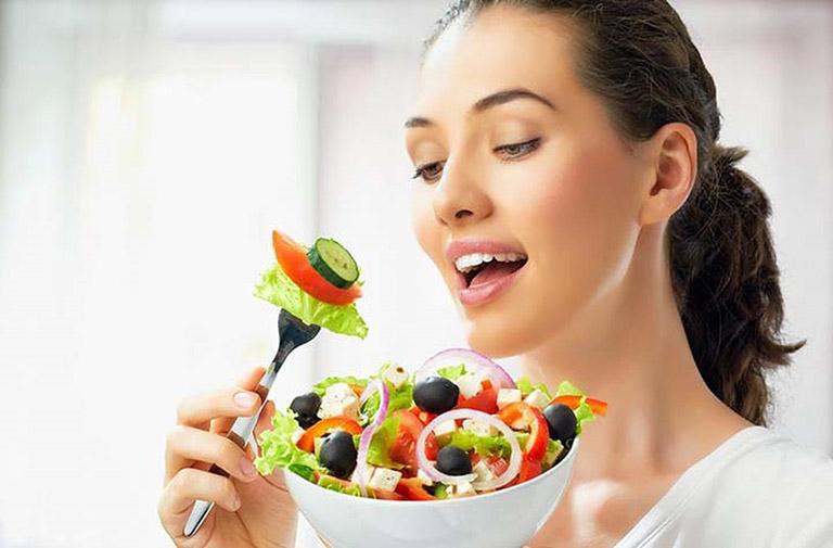 Ăn nhiều rau củ tươi giúp cải thiện tình trạng rụng tóc sau sinh