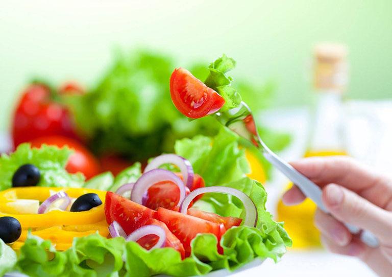 Một chế độ ăn uống lành mạnh sẽ giúp cải thiện được tình trạng rụng tóc