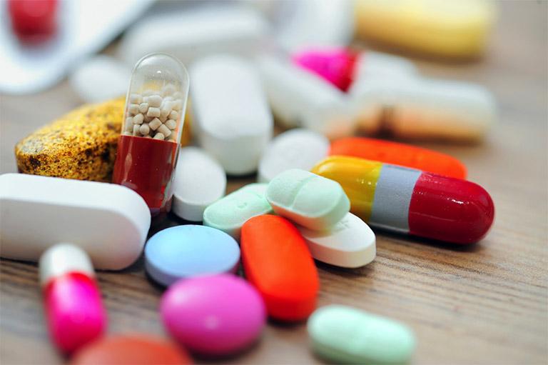 Sử dụng các loại thuốc tây là một trong những cách làm giảm các triệu chứng của bệnh sởi và sốt phát ban