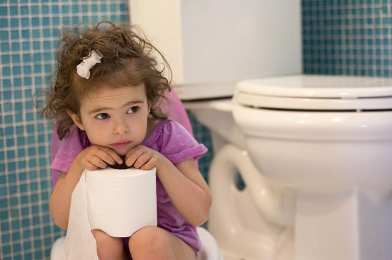 Táo bón là nguyên nhân gây bệnh sa trực tràng ở trẻ nhỏ