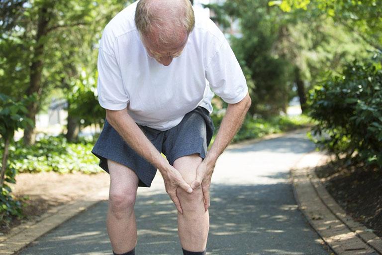 Những người bị thoái hóa khớp gối nên hạn chế đi bộ, chạy bộ