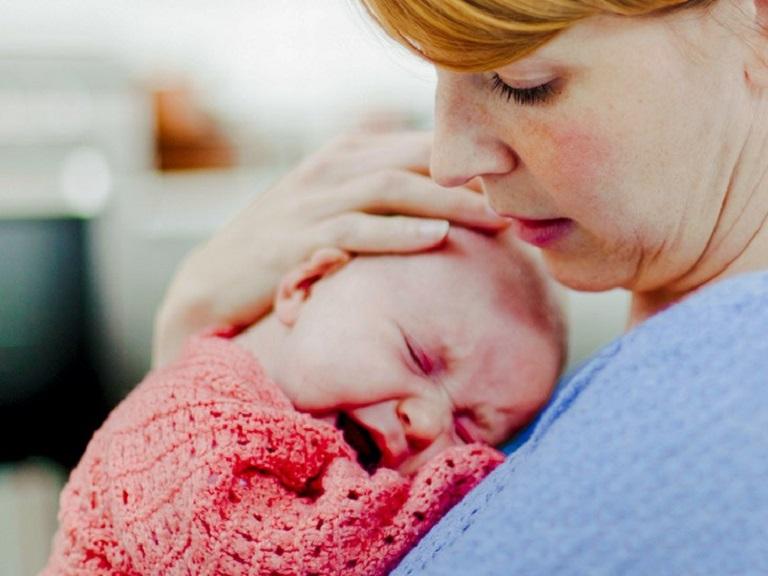 Trẻ sơ sinh bị hắt hơi liên tục
