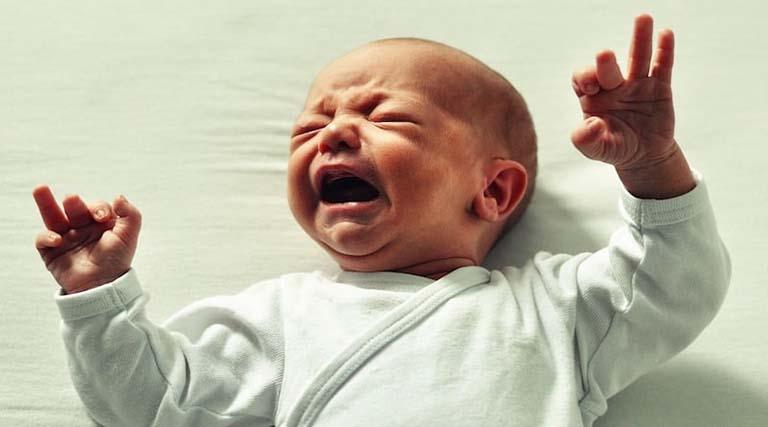 trẻ sơ sinh nôn ra dịch màu nâu