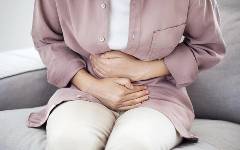 Đau dạ dày là triệu chứng phổ biến của viêm loét dạ dày tá tràng
