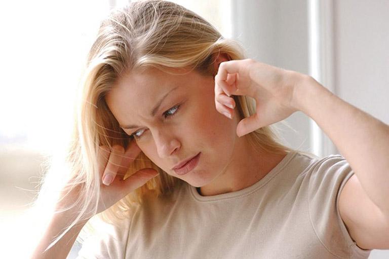 Nghe kém, ù tai là một trong các biểu hiện ung thư vòm họng giai đoạn cuối