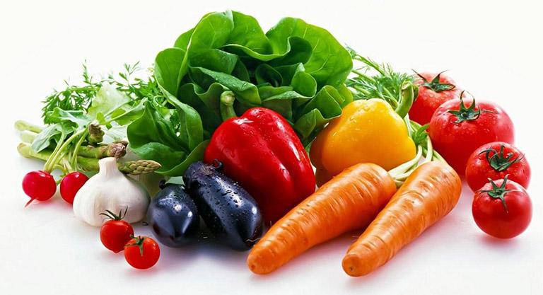 Người bị viêm đại tràng mãn tính nên ăn nhiều rau xanh và trái cây tươi