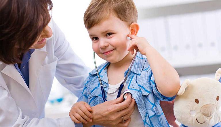 Khi thấy biểu hiện bất thường, hãy nhanh chóng đưa trẻ đi thăm khám và điều trị