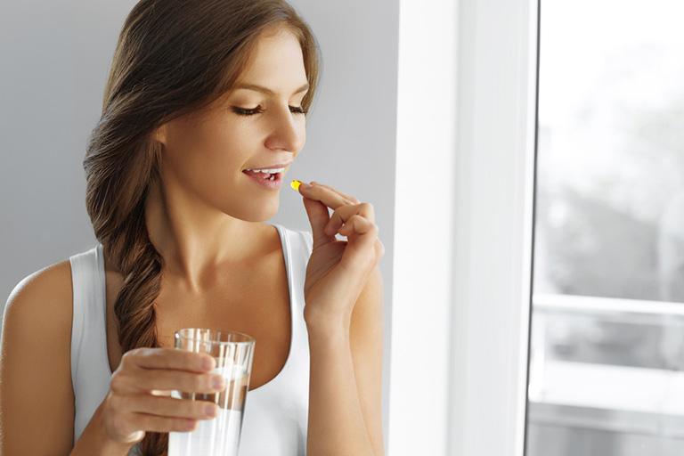 Uống viên vitamin D là một trong các cách bổ sung vitamin D cho cơ thể