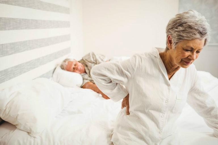 Lúc đầu, người bệnh viêm cột sống dính khớp có ttriệu chứng đau lưng thường xuyên hoặc cứng khớp toàn thân, nhất là vào mỗi sáng thức dậy.
