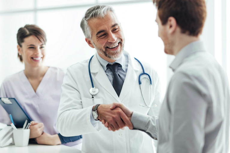 Nếu bạn có các triệu chứng như đau lưng, đau cổ, hãy đến gặp bác sĩ chuyên môn càng sớm càng tốt.