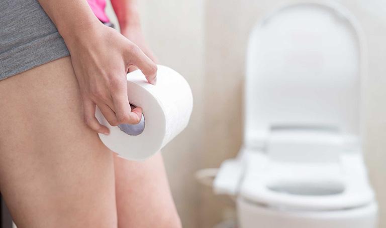 Khi bị trĩ, bạn cần vệ sinh vùng kín thường xuyên để tránh nguy cơ bị viêm nhiễm