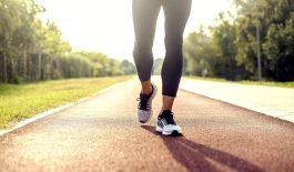 bị gai cột sống có nên đi bộ không?