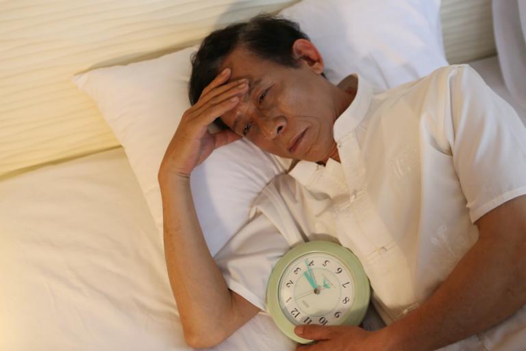 Người bệnh gout sẽ bị cơn đau hành hạ đến mất ngủ.